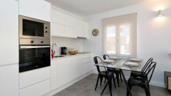Moderne Küche mit Induktionskochfeld