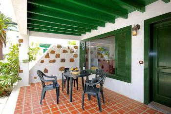 Möblierte und überdachte Terrasse