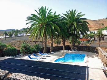 Pool mit Solaranlage