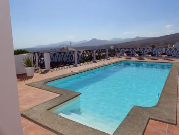 Pool mit Sonnenterrasse und Chill-Out-Ecke
