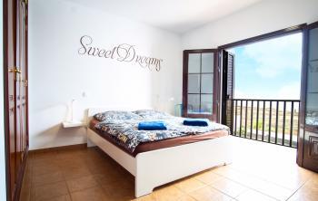 Großes Schlafzimmer mit Meerblick