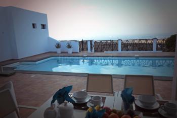 Terrasse am Pool mit schönem Meerblick