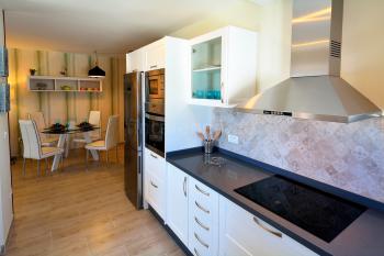 Moderne, komfortable Küche und Essplatz