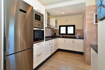 Moderne Küche mit Ceranfeld, Mikrowelle,