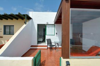 Teilüberdachte Terrasse mit Essplatz