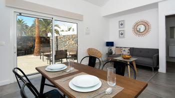 Wohnbereich mit Klimaanlage und Ausgang