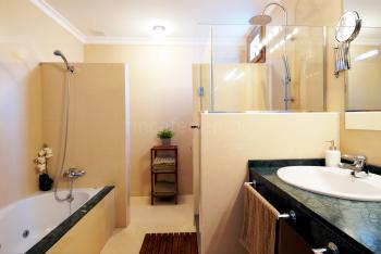 Badezimmer mit Jacuzzi (unten)