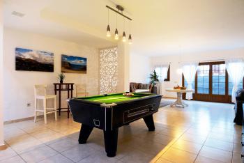 Großes Wohnzimmer mit Billardtisch