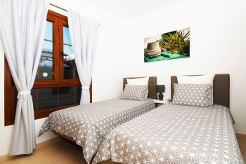 Schlafzimmer mit Klimaanlage (oben)