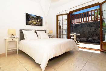 Schlafzimmer mit Klimaanlage +Terrasse (unten)