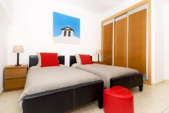Schlafzimmer mit Klimaanlage (unten)