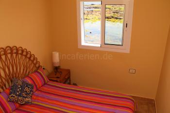 Schlafzimmer mit Doppelbett und Meerblick