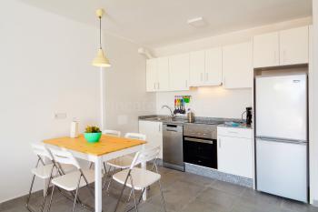 Küche mit Geschirrspüler und Essplatz