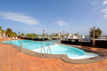 Großer Pool und Sonnenterrasse