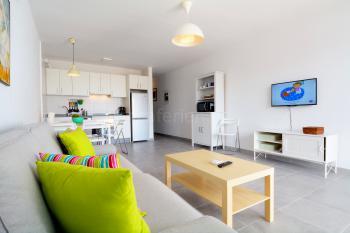 Offener Wohnbereich mit Sat-TV und Internet
