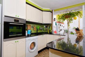 Offene Küche mit Waschmaschine