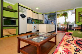 Wohn- und Esszimmer mit moderner Küche