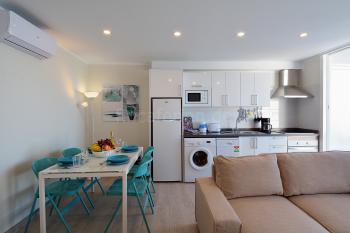 Moderne, offene Küche mit Geschirrspüler