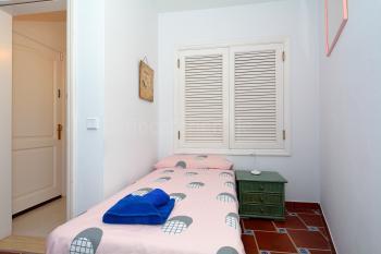 Schlafzimmer mit Verbindungsfenster