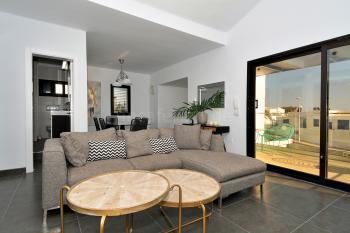 Wohn- und Esszimmer mit Ausgang zum Balkon