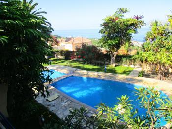 Pool mit Kinderbereich und Garten