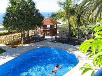 Gemeinschafts-Pool und Sonnenterrasse