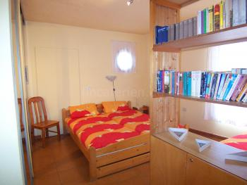 Schlafzimmer mit Doppel- und Einzelbett