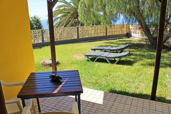 Terrasse und Garten mit Sonnenliegen