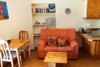Wohnbereich mit Essplatz und Sofa