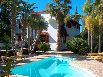 Apartmenthaus mit Pool in der Ferienanlage