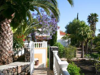Ferienanlage in tropischem Garten