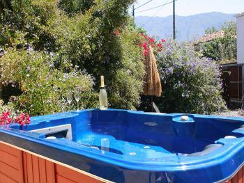 Ferienhaus mit Jacuzzi und Garten