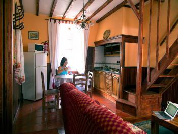 Wohnküche mit Sat-TV und Internet