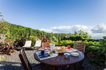 Garten und Terrasse mit Meerblick