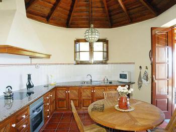 Rundküche mit Holzdecke