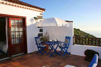 Möblierte Terrasse mit Essplatz und Liegen