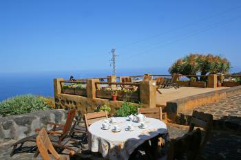 Terrasse mit Essplatz und Meerblick