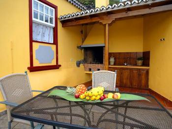 Terrasse und überdachte Grillecke
