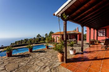 Terrasse, Pool und Grillecke