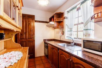 Küche mit Cerankochfeld, Backofen
