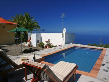 Kanarisches Ferienhaus mit Pool am Meer