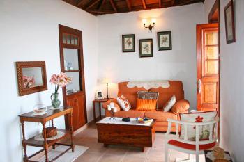 Wohnzimmer mit Sofa und Internet