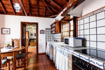 Küche mit Ceranfeld, Backofen,