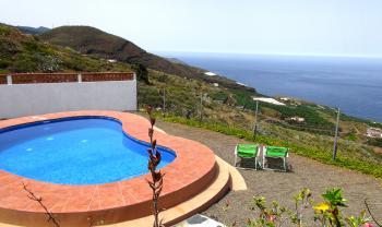 Relaxen am Pool und Meerblick genießen