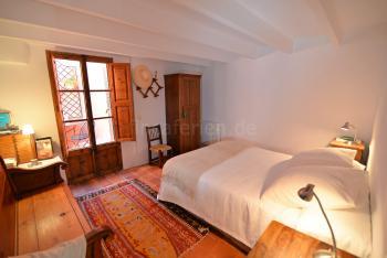 Schlafzimmer mit Doppelbett und