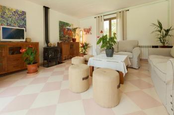 Wohnzimmer mit Sitzecke am Kaminofen