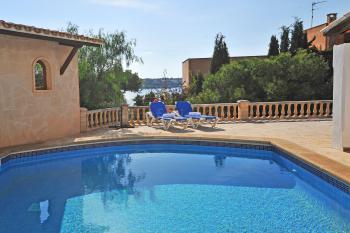 Pool- und Sonnenterrasse mit Meerblick