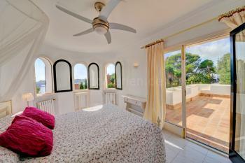 Schlafzimmer mit Klimaanlage und Terrasse