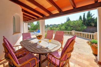 Überdachte Terrasse mit Essplatz und Grill