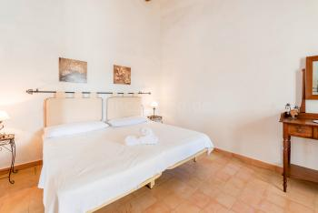 Schlafzimmer mit Klimaanlage (OG)